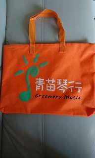 8,9成新 青苗琴行 拉鏈畫板袋,約34cm X 45cm,用了-個暑假不想浪費所以平售