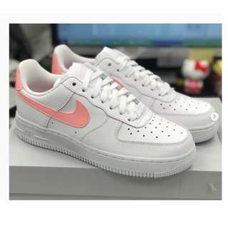 "英國代購 *  Nike WMNS Air Force 1 '07 ""White/Oracle Pink"""