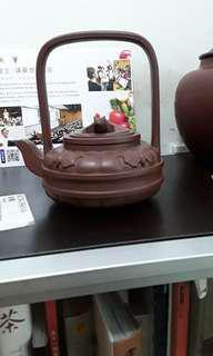 紫砂壺,紫泥, 五福提梁壺 ,(王石耕 監製)王惠中造,共造十個壺這是第四個。2位己去世