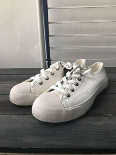 WHO.A.U Off White/White Leather Shoes