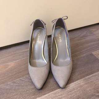 DAPHNE gray heels