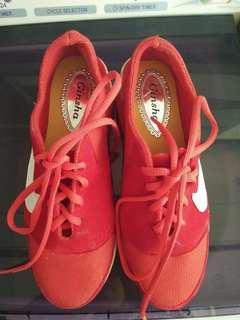 sepatu merah,free ongkir bandung ya???.....