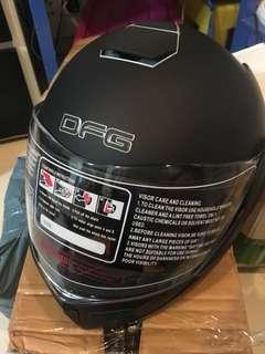 全新揭面式啞黑色頭盔,外透明鏡及內置茶色鏡片,頭圍56至60cm