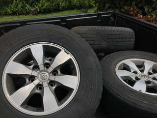 Toyota Hilux Rims (4 pcs with old tires)