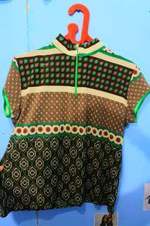 Baju atasan bermotif hijau