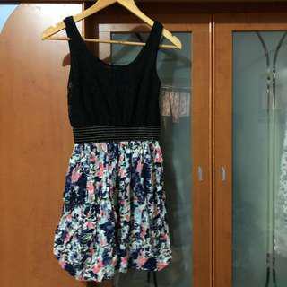 九成新 無袖蕾絲花朵洋裝