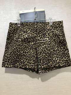 Celana pendek leopard