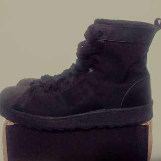 Adidas貝殼頭超好看軍靴,US11號,1000元。