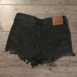 Aritzia Levi's 501 black & blue jeans shorts. Size 25