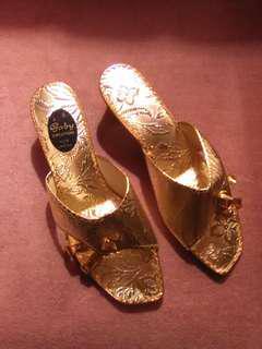 Size 7 golden gold floral print vintage women's sandals shoes