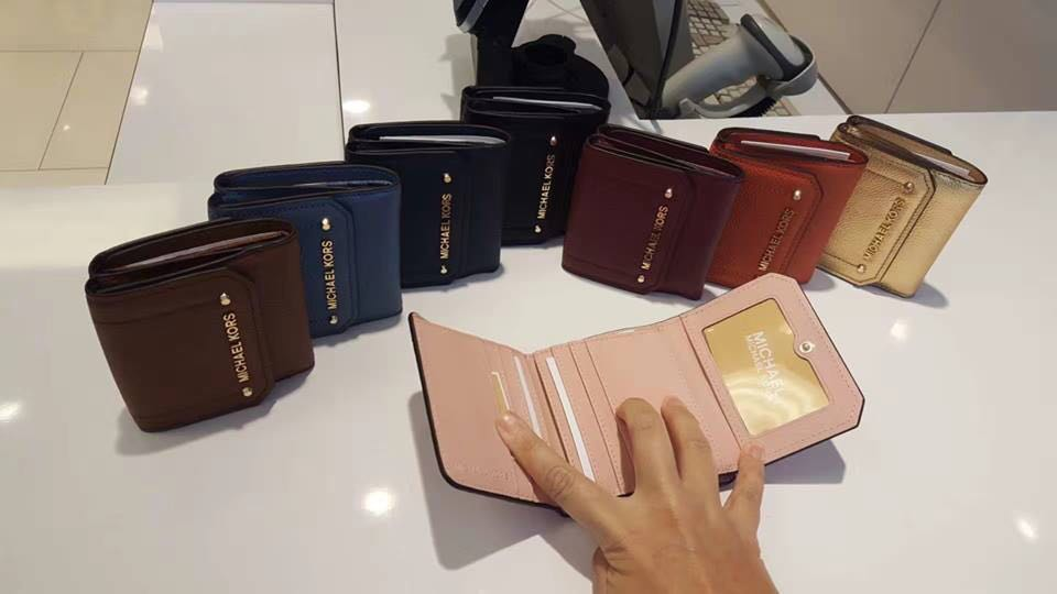 a23df633deb4 Michael Kors Hayes Trifold small wallet, Women's Fashion, Bags & Wallets on  Carousell