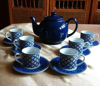Teapot With (6 Miniature Cups & Saucers)