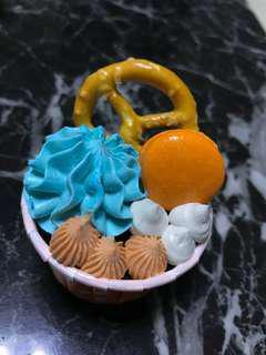 Cupcakes with mini macaroon & pretzel🥨