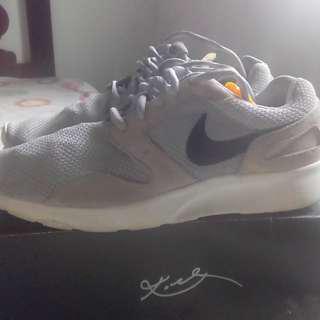 Nike休閒跑鞋,鞋況還不錯,US9號,500元。