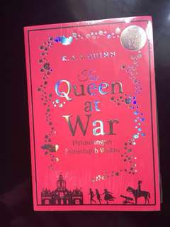"Buku Novel Terjemahan ""The Queen at War (Petualangan Menjelajah Waktu)"" by K. A. S Quinn ; Sequel The Queen Must Die"