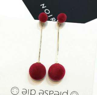 🚚 【現貨】紅色 毛絨絨毛球/圓球 垂墜式耳環