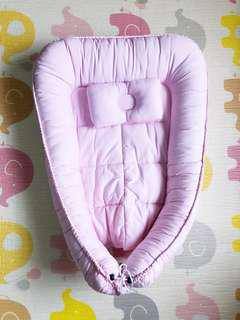 Baby co-sleeper bed with pillow (pink)