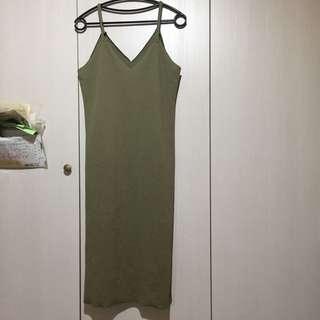 🚚 墨綠色不收邊細肩帶側開衩v領洋裝