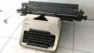 Antique Typewriter (Sure Rare)