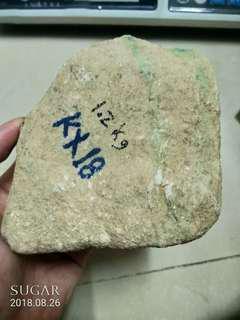 天然翡翠賭石 1.2公斤。有色根。可賭大牌