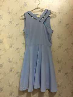 淺藍色連身裙