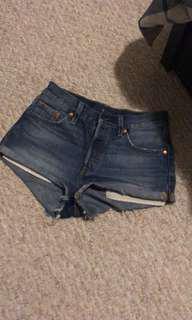 Aritzia Levi's shorts size 25