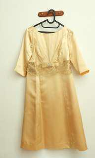 Gold Party Gown (gaun pesta warna emas)