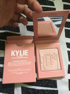 Kylie Jenner (Pressed Illuminating powder)