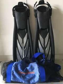 Atomic Aquatics split fin and Sealion mesh bag