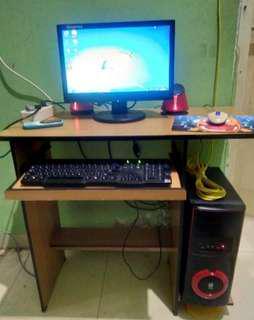 komputer satu set dengan meja