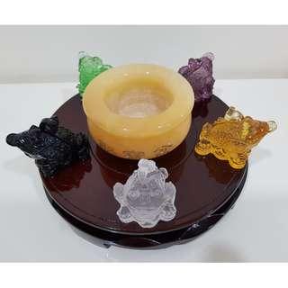 Five Element Liu Li Money Toad with Yellow Jade Fortune Pot / 五行琉璃小金蟾蜍守聚宝盆