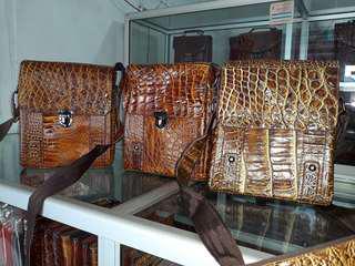 Tas selempengan dari kulit buaya asli