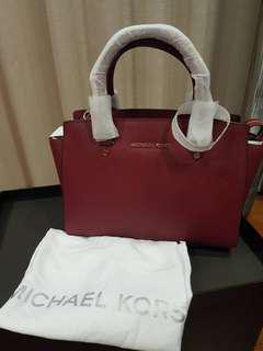 100%  aunthentic.Michael kors bag (hand bag )can make sling
