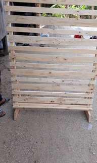 Sewa background photobooth kayu pallet rental