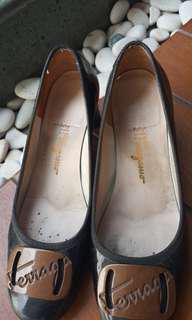 Ferragamo pump black brown. Reprice from 990.000