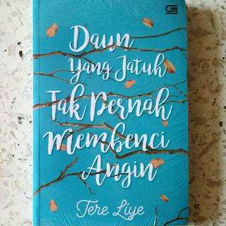 Novel Daun Yang Jatuh Tak Pernah Membenci Angin karya Tere Liye