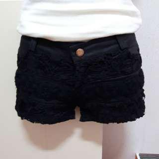 黑色蕾絲邊短褲
