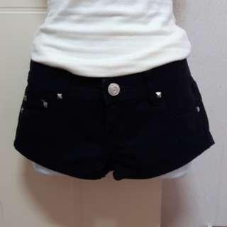 🚚 黑色鉚釘牛仔短褲