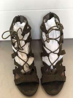 Pre love Steve Madden olive lace sandal sz 37