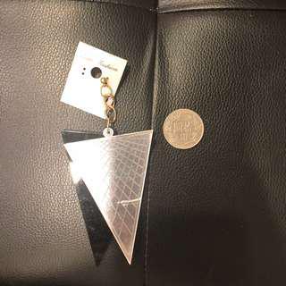 🚚 歐美黑色銀色壓克力三角型耳環