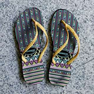 havaianas slim flipflops in tribal multi print