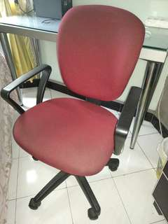 Kursi kantor chairman (95x44x47cm) warna merah-hitam