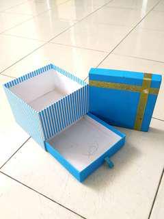 Gift box biru