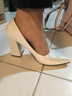 🚚 White Pointed Heels