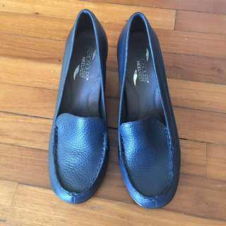 Aerosols high heels, navy blue. Wore 2 times, very good conditions. Now no need to wear high heels to work, size 39, pls take me home!