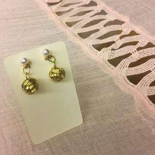 #079 golden yarn ball-shaped earrings with pearl