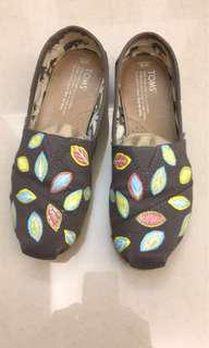 TOMS brown with floral print