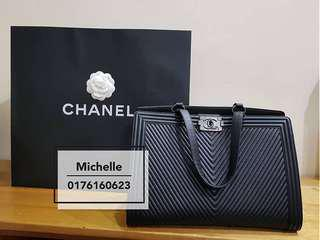 Plus d'infos sur Chanel boy black tote shoulder bag