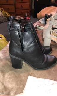 Lipstik cut out boots