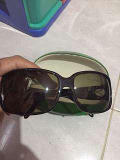 Kacamata original merek katespade. Kacamat masih bagus. Deffect hanya di bagian hardcase luarnya. Tapi kesemuanya msh bgs